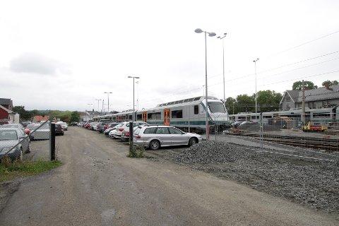 Tidlig i sommer startet Jernbaneverket jobben med å forlenge de såkalte hensettingssporene ved Moss stasjon. Pendlerne har ikke fått informasjon om hva dette betyr for parkeringskapasiteten.