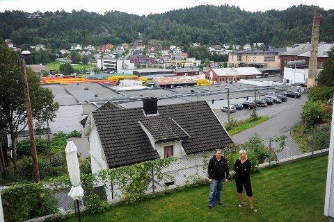 Det planlagte høyhuset skal bygges til venstre for pipa i bakgrunnen. Da vil Tom Svendsen, Linda Vehus og de andre beboerne i området miste utsyn.