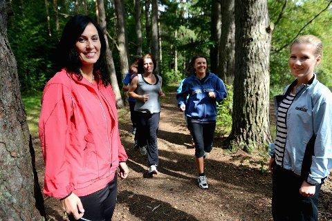 Den viktigste effekten av løpingen er mye bedre psykisk helse. Foran løper Elin (35) og Monica (39), bak «Jon» (53) og «Anette» (45). Foran til venstre står psykiatrisk sykepleier Mari Hansen (til venstre) og psykolog Therese Fuglerud.  FOTO: KURT  ANDRÉ HØYESSEN