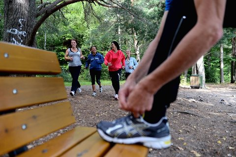 Fagpersonalet har tro på at løping <I>sammen med</I> deltakerne gir noe ekstra. Under Oslo Maraton skal de uansett holde baktroppen og motivere dersom noen trenger det.  FOTO: KURT ANDRÉ HØYESSEN