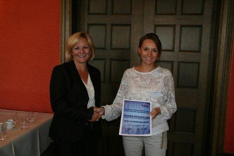 Styreleder for YoungShip Haugesund, Ann-Helen Langaker mottar prisen av Redningsselskapets generalsekretær Rikke Lind, på vegne av Eidesvik Offshore ASA