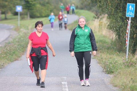 MOR OG DATTER: Aina Bjørnereim og datteren Lise Marie gikk turmarsjen koste seg under den fine turen rundt Årungen.