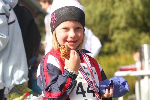 SYLTETØY OG MEDALJE: Nina Lystad fra Ås koser seg med vafler og syltetøy etter å ha løpt barneløpet.