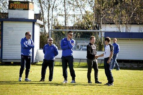 Lokale trenere liker å utveksle erfaringer. Fra venstre: Petter Hermansen, Runar Syversen, Gard H. Kristiansen, Morten Wisth (Rygge IL), Kjetil Jensen. De fire øvrige på bildet tilhører Sprint-Jeløy. Foto: Nicklas Knudsen