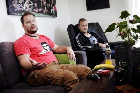 Rolf Håkestad (venstre) og Bjørn Tore Oskasin tror ikke det vil lønne seg å endre tilbudet på Ås. – Langsiktig kommer kommunen til å tape mye penger på dette, tror Håkestad.