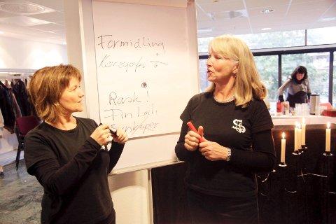 LITT KONSERT, MYE SEMINAR: Dett er ordene til disse to kormedlemmene, Hilde Kari Skarstein (Til venstre) og Marit Huuse. På konserten ble publikum tatt tilbake i tiden, og ble med på en reise gjennom ÅsEnsemblets historie. ALLE FOTO: DANIEL GAUSLAA