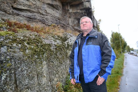 Langs denne fjellskjæringen på Buer på Vesterøya ble det i 1987 sprengt ut en gang- og sykkelsti. I massene fant hobbymineralog Svein Arne Berge noe han trodde kunne være et nytt mineral (innfelt). I 2009 kom det nye analysemetoder som ga ham rett. Foto: Frode Andersen (innfelt bilde) og Paal Even Nygaard