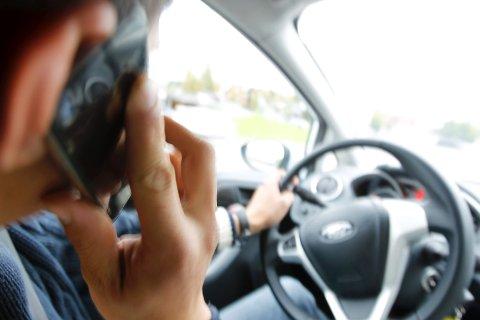 TRAFIKKFARLIG:  Bruk av håndholdt mobil kan være livsfarlig i trafikken.  Så farlig at det nå kan komme forbud mot tasting på telefonen under kjøring. FOTO: BJØRN V. SANDNESS