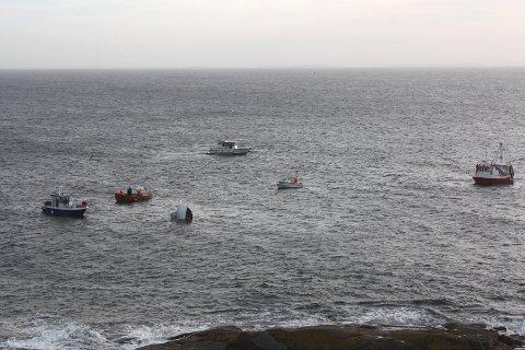 Fem fiskebåter stimlet til for å komme havaristen til unnsetning. Da mennene ombord var i sikkerhet gikk fiskebåtens akterende ned, og ble liggende og flyte med baugen opp.