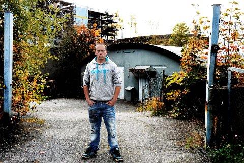 Mathias Hansen gikk på Lille-Varden som ligger på Framnæs, i to år. Han hadde stort utbytte av dette, og mener tilbudet må beholdes.  Foto: Kurt André Høyessen.