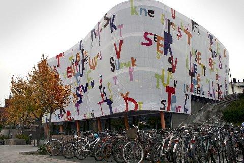 Magne Furuholmen har dekorert Torvgården i Asker med sin stedbundne installasjonskunst.