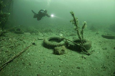 SLIK SER DET UT: Gamle dekk og annet skrot er å finne på bunnen. FOTO: Fredrik Myhre / Hjelp Havets Haier.