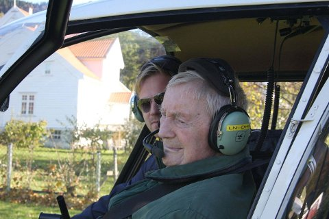 STAS: Odd Bjoland (t.v.) syntes det var stas å ta plass i passasjersetet med pilot Martin Økland ved spakene. – Nei, dette var svære greier, sier 100-årsjubilanten. FOTO: KÅRE KOMPELIEN