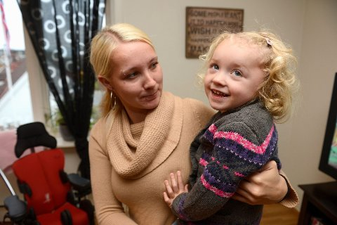 Linnea Angelica er smilende, sosial og tillitsfull. Men hun har utviklet cerebral parese etter en omfattende hjerneskade som helt og fullt skyldes mangelfulle undersøkelser og forsinket behandling ved sykehuset i Tønsberg. – Jeg må bare forholde meg til at slik er det, og jeg er jo veldig glad i jenta mi, sier Mia Michelle Urdahl-Aasen. FOTO: ATLE MØLLER