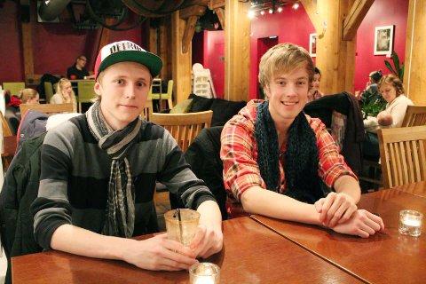 Kristoffer Lee Adams (18) anbefaler Loke Løkong (15) å ta utvekslingsår i USA.