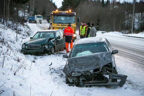 To biler kolliderte i Osloveien i Ytre Enebakk ved 08-tiden i dag. En person er fraktet til sykehus. FOTO: AUDUN BRÅSTAD