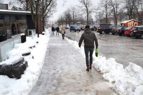Utenfor restauranten Smak skal man gå forsiktig for å unngå fall. Foto: Paal Even Nygaard