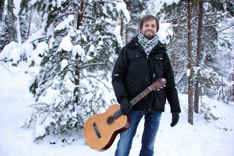 DIKT MED MELODI: I møtet med Hans Børlis lyrikk, opplevde Erik Lukashaugen at tonene krøp fram mellom ordene mens han leste. I løpet av en hektisk januarmåned i 2011 «fant» han tonene til en rekke av diktene til «skogens dikter» fra Eidskog. Foto: Ketil Haug