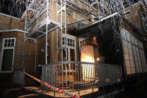 Eneboligen på Høvik fikk skader etter en brann natt til onsdag.
