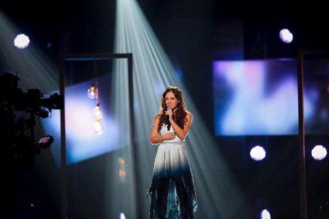 Annsofi gleder seg til å stå på scenen i kveld foran hele Norge. Her fra delfinalen i Florø.