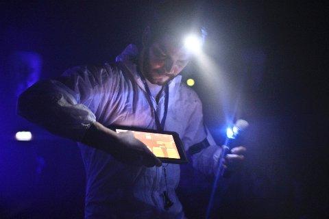 ELEKTRONISK SHOW: Baden brukte iPaden til å styre effektene, og lot barna hjelpe til.