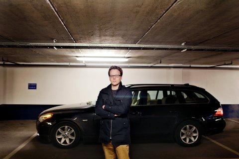 Lars Buraas, som til daglig er medierådgiver i Tønsbergs Blad, er overrasket over den store prisforkjellen på forsikringer.
