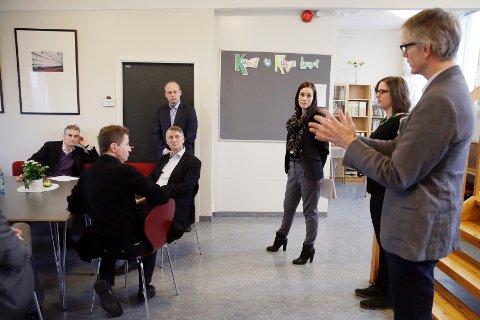 Seksjonsleder Arne Andreas Døske (nærmest kamera) forteller helseminister Gahr Støre om Haugaland DPS.