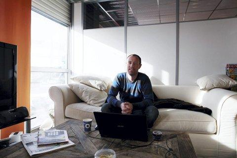Fra kontoret på Stensarmen driver Kjetil Bergene Olsen selskapet LoveSport. Nå vil han og kompanjongen utvide virksomheten.