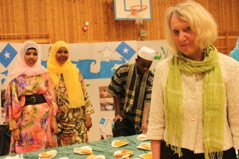 Rektor ved Malakoff, Bente Lis Larsen var fornøyd med arrangementet. Her foran standen om Somalia.