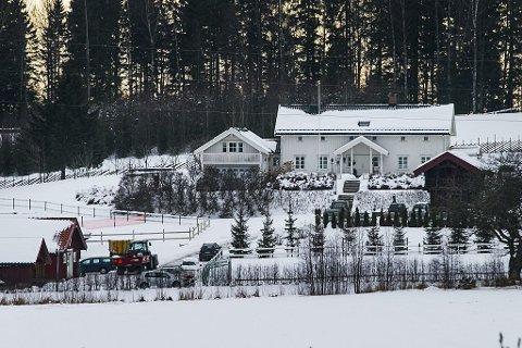 GÅRD: Bernt Aksel Larsen bor på Nordli gård i Kråkstad i Akershus. Han leier gården av selskapet Glenneveien 7 AS, som er eid av Kraakstad Invest. Foto: Audun Braastad