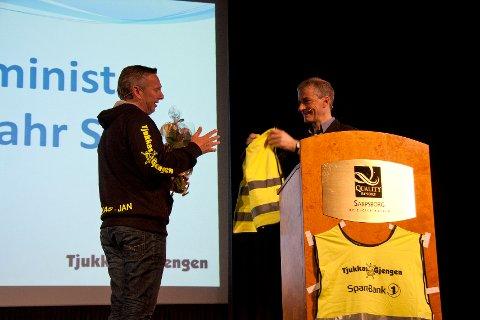 Tjukkasgjengen, ved initiativtaker Jan Ellefsen (til v.), delte ut en vest til Jonas Gahr Støre under landstreffet denne helgen.
