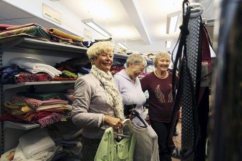FORNØYD SHOPPER: Eva Gran-Henriksen (fra venstre) fra Nøtterøy er støtt og stadig innomBlå Kors-butikken Nytt+brukt hos Else Ryen og Elbjørg Kristensen.