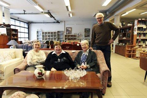 BRUKT-OPPSVING: – Mange unge kommer for å kjøpe møbler,  forteller de ansatte på NMS i Ollebukta Ruth Drilen (fra venstre), Ranveig Halvorsen, Grete Hole og Arne Grytnes.