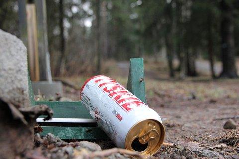 POLSK DRIKKE: Slike bokser med smuglerøl lå slengt på bakken flere steder på parkeringsplassen ved Fossum klubbhus.