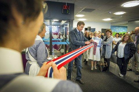 Ordfører Bent Inge Bye (Ap) i Nedre Eiker foretok den offisielle åpningen av den nye legevakta med skalpell.