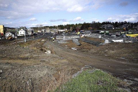 Broen over jernbanesporene er på plass og området mellom Karlshus sentrum og Råde stasjon oppgraderes med nye adkomstveier og parkeringsplasser.