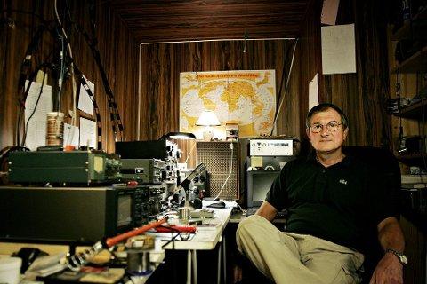 HOBBY: Patrice Bardoz mener han må få dyrke hobbyen som radioamatør. Foto: Eivind H. Natvig