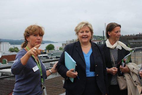 Erna Solberg kommer til mossedistriktet. Her fra et tidligere besøk på Skoggata bo- og servicesenter medKathrine Holder (t.v.) og Ingjerd Schou.