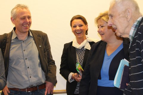 Knut Mamen (t.h.) viser Eirik Milde, Ingjerd Schou og Erna Solberg maleriene sine. Foto: Monica Falao Pettersen