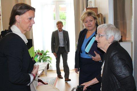 Ingjerd Schou, Tage Pettersen og Erna Solberg fikk komme inn i leiligheten til Ester Garnaas under Høyre-lederens mossebesøk i formiddag. Foto: Monica Falao Pettersen.