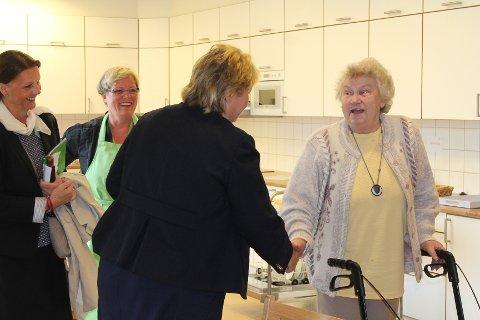 Elna Johansen ville veldig gjerne hilse på Erna under besøket i formiddag. - Vi heter nesten det samme, smiler hun. Foto: Monica Falao Pettersen