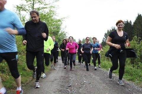 FULL FART: Margrethe Sæter (65) (i rosa) er eldst i løpegruppa. På treningene gir hun alt. – Jeg trengte hjelp til å komme i form, forteller hun. Foto: Lena Malnes