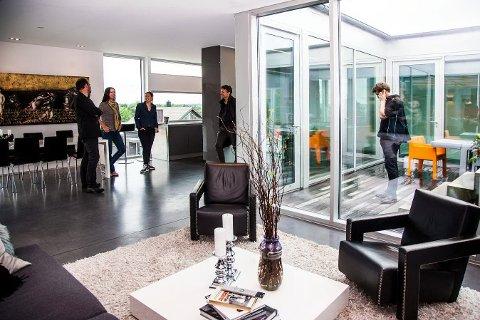 Hjemmet til Lars Gulbrandsen og Tonje Aasvangen er tegnet av Jarl Ture Vormdal ved Griff Arkitektur og bygget av Fredrikstad Entrepenørservice AS. Her er juryen på befaring. Fra venstre: Martin Ebert, Tonje Aasvangen, Sissil Gromholt, Amund Gulden og Leif Houck (ute).