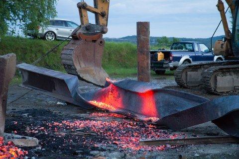 Stålet gløder og er klar for og brettes rundt jernrøret i midten. Komplisert og avansert.