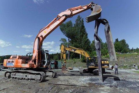 Røkkes nye tuntre løftes på plass etter flere døgn med arbeid. Alt foregår på Øvre Hjerpåsen gård i Asker.
