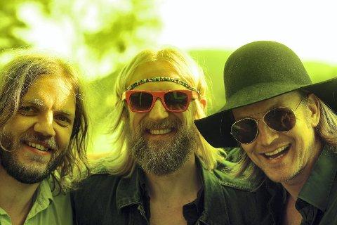 TIL TELEMARK: Øystein Greni (til høyre) mener det aller viktigste for de som driver med musikk er å ha det gøy. Her i trivelig selskap med de to andre som utgjør BigBang, Nikolai Eilertsen (t.v.) og Olaf Olsen.