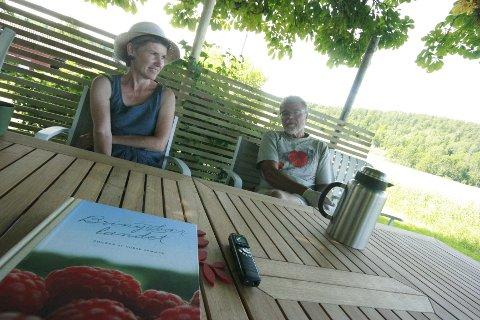 Bringebærbønder og bringebærforfattere. Åse-Marit Thorbjørnsrud og Roy Andersen vil la deg få høre om, smake på og forføres av bringebæret på søndagens Bakgårdsfestival i Drøbak.