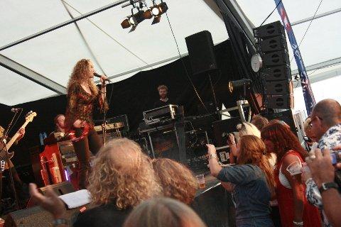Så lenge sola skinner, så kommer det publikum til Drøbak Havneblues. Og når artistene, som Dana Fuchs, leverer varene, så kan man ikke annet enn å betegne den første festivalkvelden som vellykket.