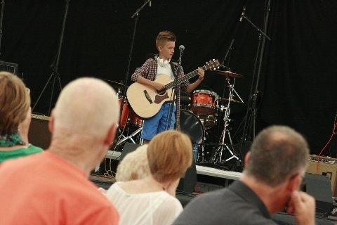 Jesper Halle var et av de lokale talentene som viste seg frem denne helga. Han høstet stor applaus for sin versjon av John Mayer's låt Who Says.