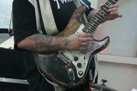 Det er få bluesgitarister som er som Vidar Busk. Noe gitaren hans får merke. Men, om ikke gitaren hans kommer helskinnet ut av det, så gjør Busk det.